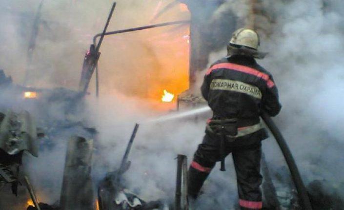 Пожарным пришлось тушить тринадцатикомнатную квартиру